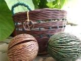 košíček s korálky a drátkovým logem