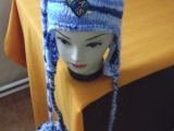 Melírovaná čepice s nášivkami a maxi bambulí