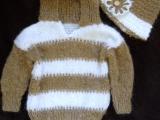 Pruhovaný svetr s kapucí s kloboukem zdobený květinkou
