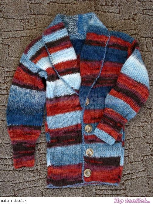 Pestrobarevný svetr na zapínání s dřevěnými knoflíky