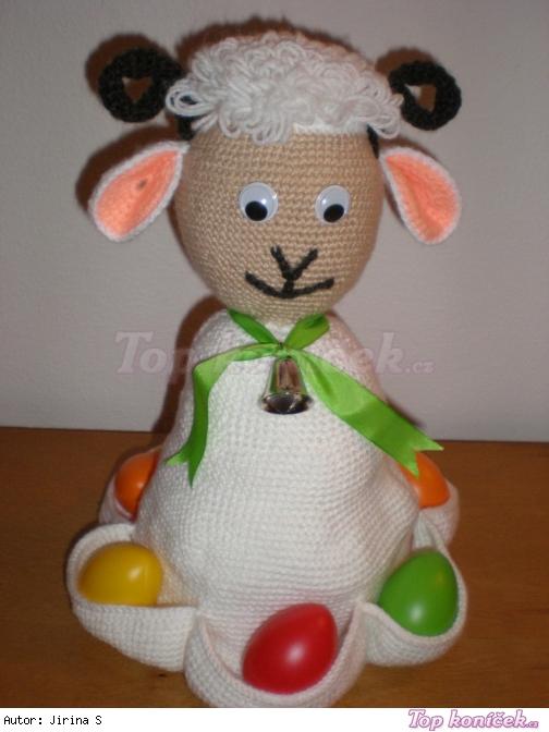 Háčkovaný beránek na velikonoční vajíčka